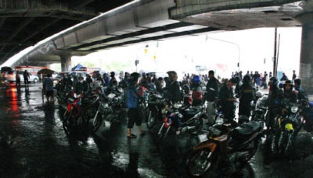 Image result for gambar Pemotor Neduh di Kolong Jembatan, Kena Tilang Elektronik Juga?