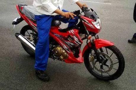 Suzuki Rider lawas ,penambahan sein di bawah sisi  headlamp.